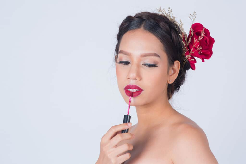 Lady_with_flower_applying_lipstick