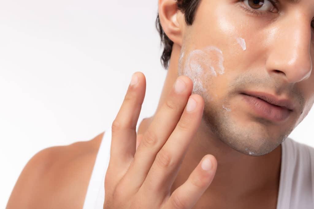 Man_moisturizing_face