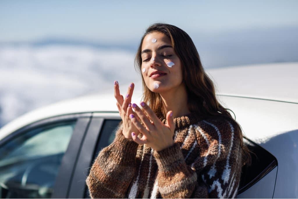 woman_applying_sunscreen_winter