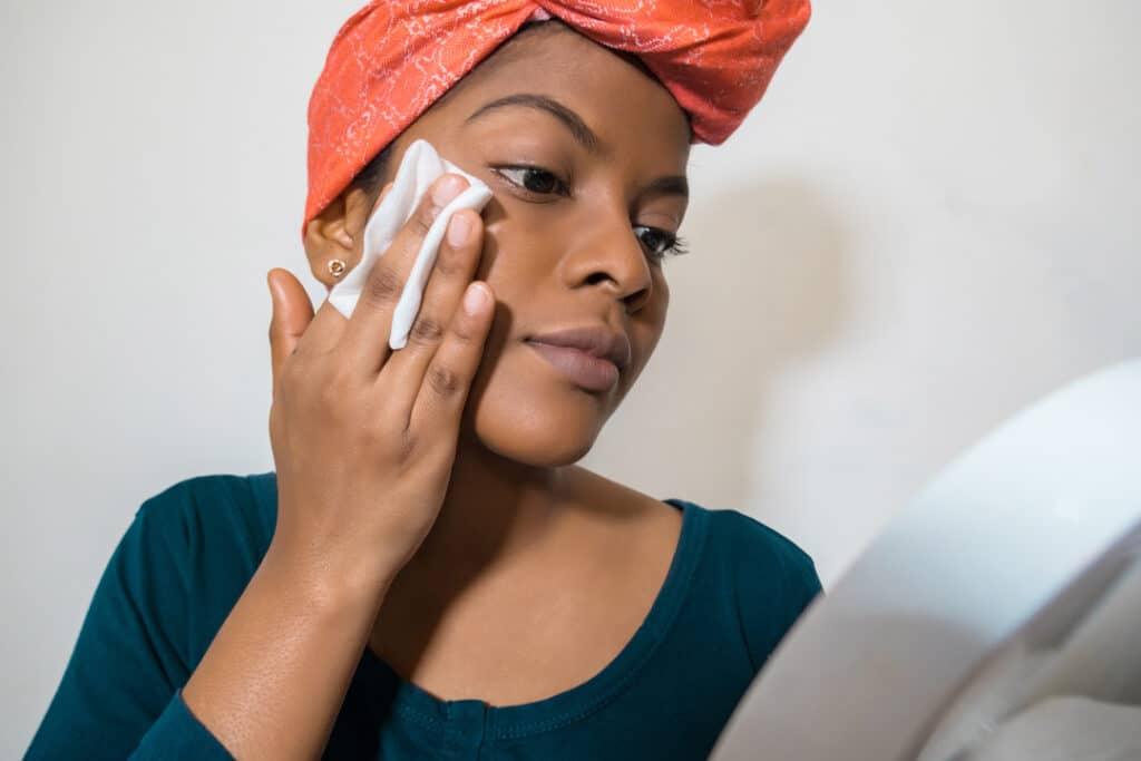 Lady_applying_makeup_face