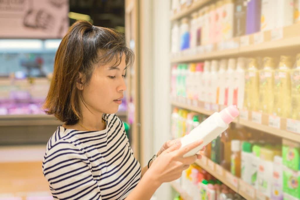 Woman_choosing_right_shampoo